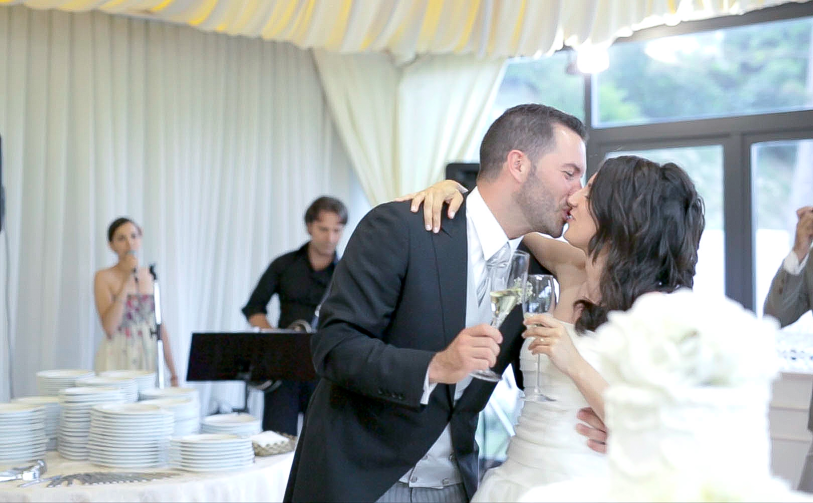 sposi taglio torta matrimonio